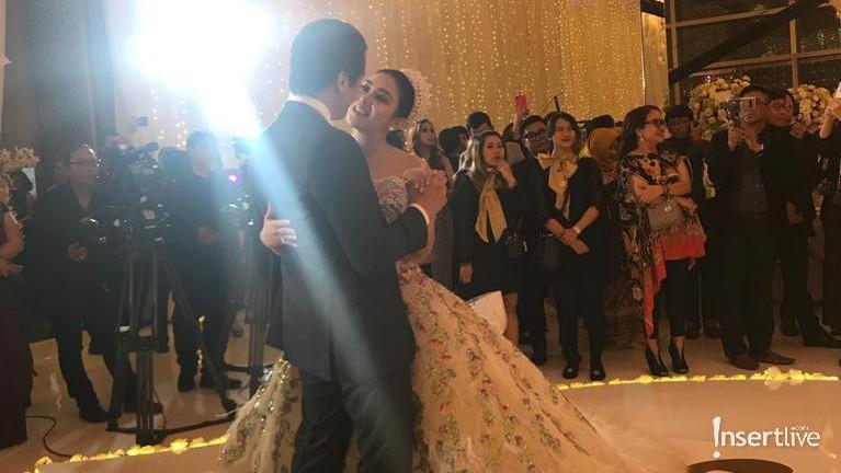 Syahrini dan Reino Barack terlihat bahagia saat berdansa di acara perayaan perniakahan mereka.