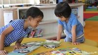 """<span class=""""im"""">Serius sekali ya adik ini, sedang membaca apa sih? He-he-he. (Foto: Yuni Ayu Amida)</span>"""