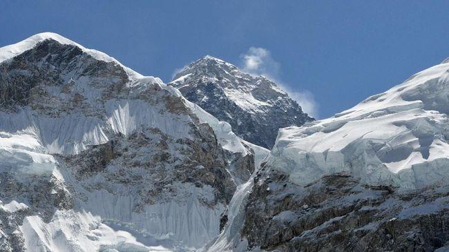 Sepuluh ton sampah berhasil dikumpulkan dari Gunung Everest. Bukan cuma bungkus makanan, berikut juga mayat.