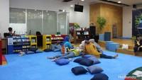 """<div class=""""gmail_attr"""" dir=""""ltr"""">Selama anak bermain, Bunda bisa bersantai di ruangan ini. Tempatnya nyaman banget lho. (Foto: Yuni Ayu Amida)</div><div class=""""gmail_attr"""" dir=""""ltr""""></div>"""