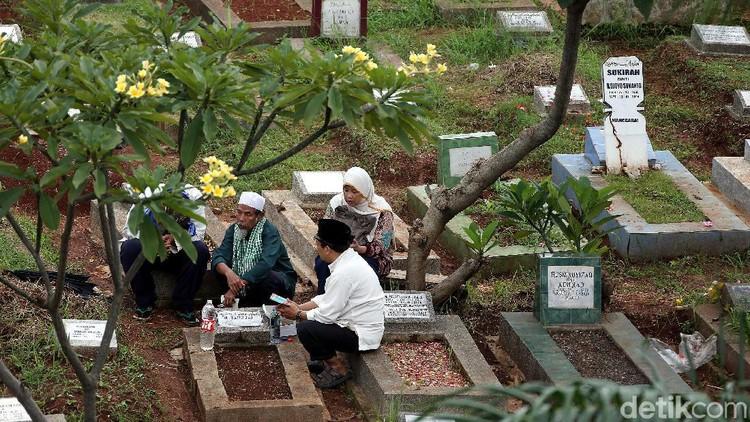 Jelang bulan Ramadan, warga biasanya mulai berziarah ke makan keluarga. Seperti terlihat di TPU Menteng Pulo, Jakarta, hari ini, Jumat (3/5).