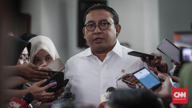 Fadli Zon menyesalkan kelakuan Mahfud MD bisa anteng nonton sinetron saat PPKM Darurat. Dia menilai ini saatnya Jokowi mengambil alih komando atasi pandemi.