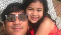<p>Andre Taulany punya anak perempuan satu-satunya, Arlova Carissa Taulany. Andre dan Lova punya paras yang mirip banget ya, Bun? (Foto: Instagram @andreastaulany)</p>