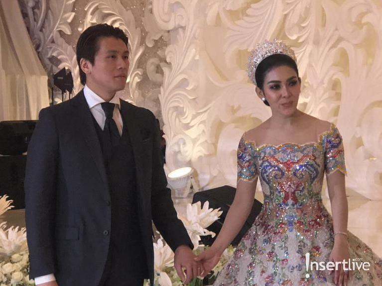 Syahrini dan Reino Barack tampak serasi dengan gaun mewah untuk menyambut tamu yang hadir.
