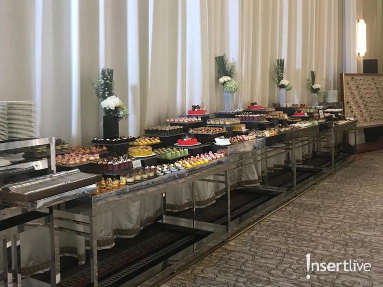 Tak ketinggalan, makanan pun berjajar rapi yang disiapkan khusus untuk para tamu yang hadir.