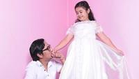 <p>Lova benar-benar <em>Daddy's little princess</em> ya? (Foto: Instagram @andreastaulany)</p>