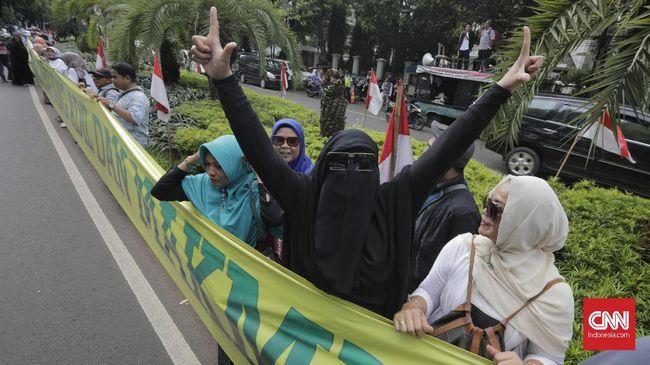 Sejumlah relawan dan emak-emak pendukung Prabowo-Sandi menggelar aksi di Gedung KPU dengan membentangkan spanduk raksasa bertuliskan 'Prabowo Presiden RI'.