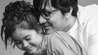 <p>Andre pun sering meminta Lova untuk foto berdua dengan dirinya saat pemotretan foto keluarga. (Foto: Instagram @andreastaulany)</p>
