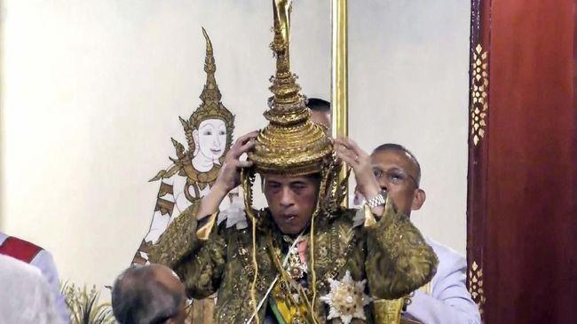 Raja Thailand Maha Vajiralongkorn kembali memecat petugas istana. Kali ini raja 67 tahun itu memecat empat pengawal kerajaan, dua di antaranya karena berzina.
