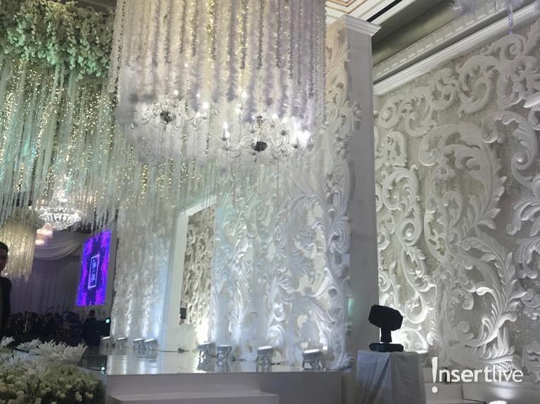 Panggung utama juga penuh dengan dekorasi serba putih, ditambah dengan layar yang memutar beberapa video selama acara berlangsung.