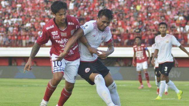 Pelatih Julio Banuelos Saez mengaku tidak khawatir dengan tekanan di Persija Jakarta usai resmi menjadi pelatih baru klub ibu kota itu pada Sabtu (8/6).
