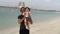 <p>Melepas penat usai rutinitas di lapangan hijau, Mo Salah mengajak Makka menghirup udara segar di tepi pantai. Bahagianya mereka... (Foto: Instagram @mosalah)</p>