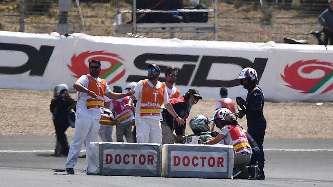 Doctors check on riders following a crash after the start of the Moto2 race of the Spanish Grand Prix at the Jerez - Angel Nieto circuit in Jerez de la Frontera on May 5, 2019. (Photo by GABRIEL BOUYS / AFP)