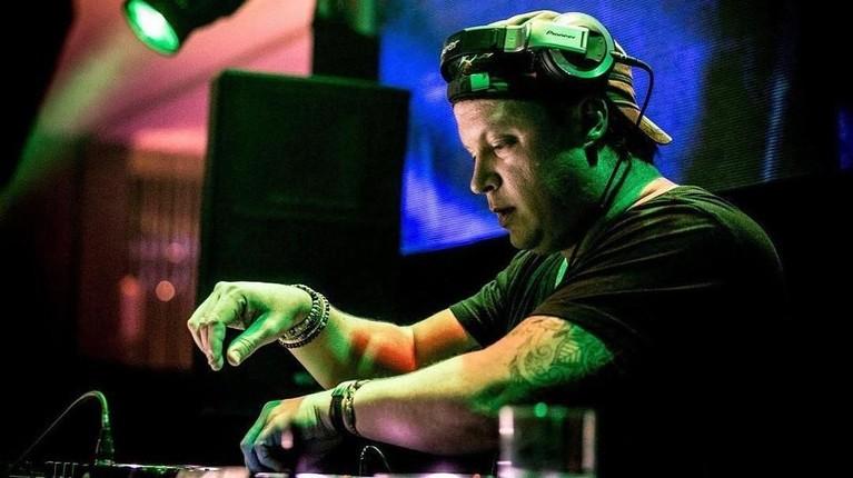 Adam Sky juga menjadi DJ terbaik nomor tiga di Asia dan dinobatkan sebagai DJ Australia yang paling bersinar versi majalah JUICE Asia.