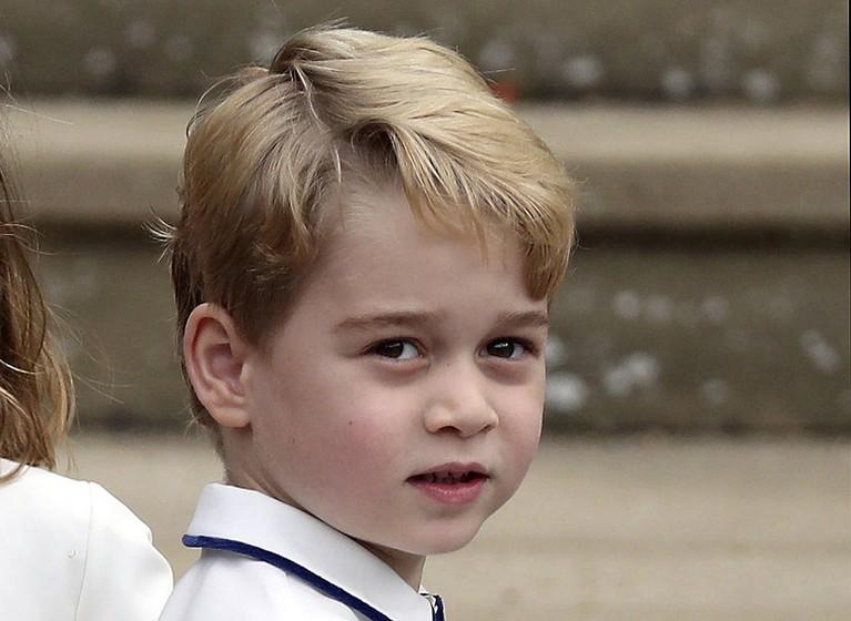 Saat Pangeran George lahir, urutan takhta Kerajaan Inggris pun langsung berubah. Ia kini berada di urutan ketiga menggantikan sang paman Pangeran Harry pada saat itu.