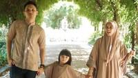 Mereka bertiga kerap tampil dengan pakaian senada nih. Kompak banget ya? (Foto: Instagram @benkasyafani)