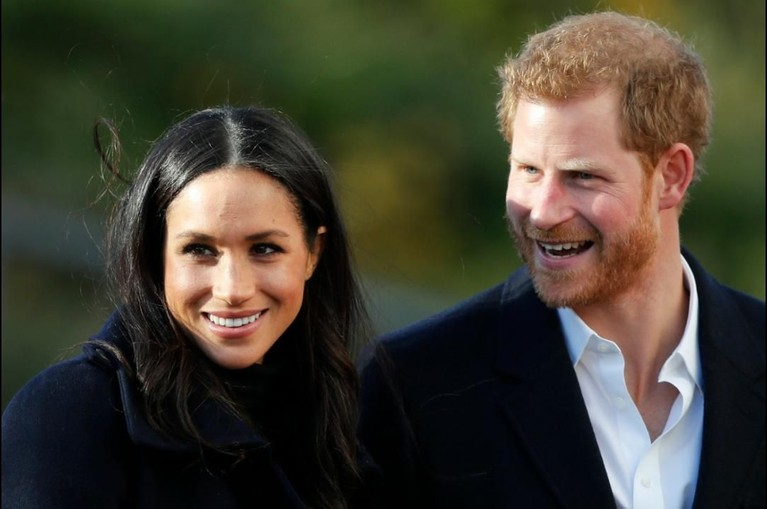 Bayi Pangeran Harry dan Meghan Markle akhirnya lahir ke dunia. Bayi berjenis kelamin laki-laki ini akan menjadi pewaris takhta Inggris di urutan ketujuh usai sang ayah. Kelahiran bayi mungil ini juga mengubah urutan penerima takhta kerajaan.
