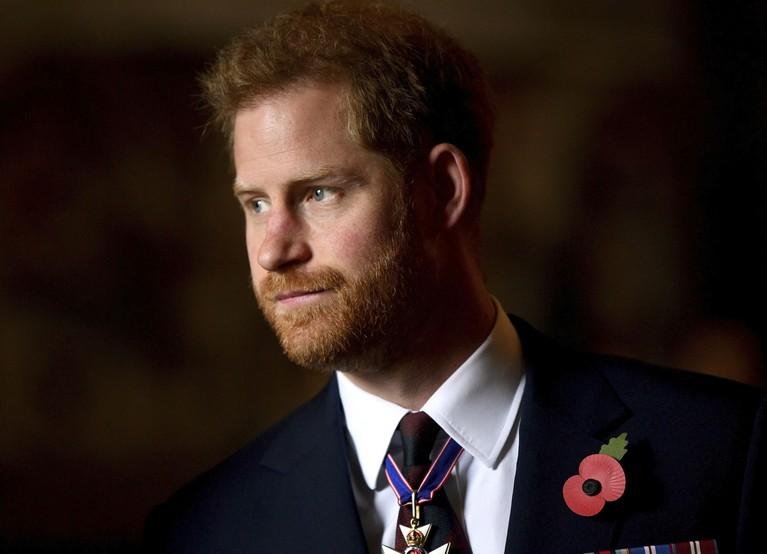 Pangeran Harry yang awalnya mendapat urutan ketiga pewaris takhta Kerajaan Inggris harus rela turun ke urutan keenam setelah anak-anak William lahir.