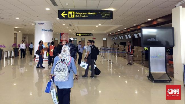 Suasana Bandara International Yogyakarta pada hari pertama penerbangan komersial, Senin (6/5).