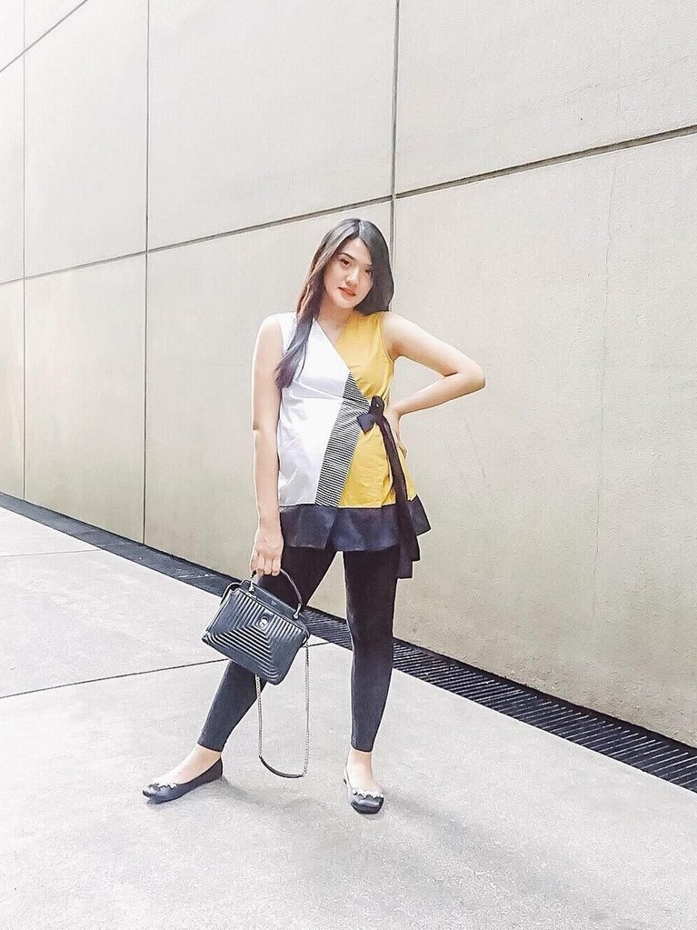 Meski tengah mengandung, Anissa Aziza sering kali tampil cantik dan stylish saat bepergian.