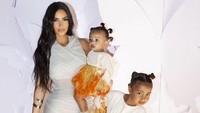 Tak mau kalah, Bunda Kim Kardashian pun kompak mengenakan busana berwarna putih dengan kedua anak perempuannya. (Foto: Instagram @kimkardashian)