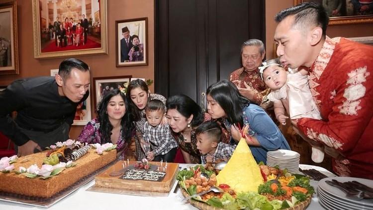 Rupanya, Ani Yudhoyono punya cara unik membangunkan keluarganya untuk makan sahur.