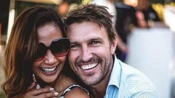 7 Potret Kemesraan Indah Kalalo dan Suami