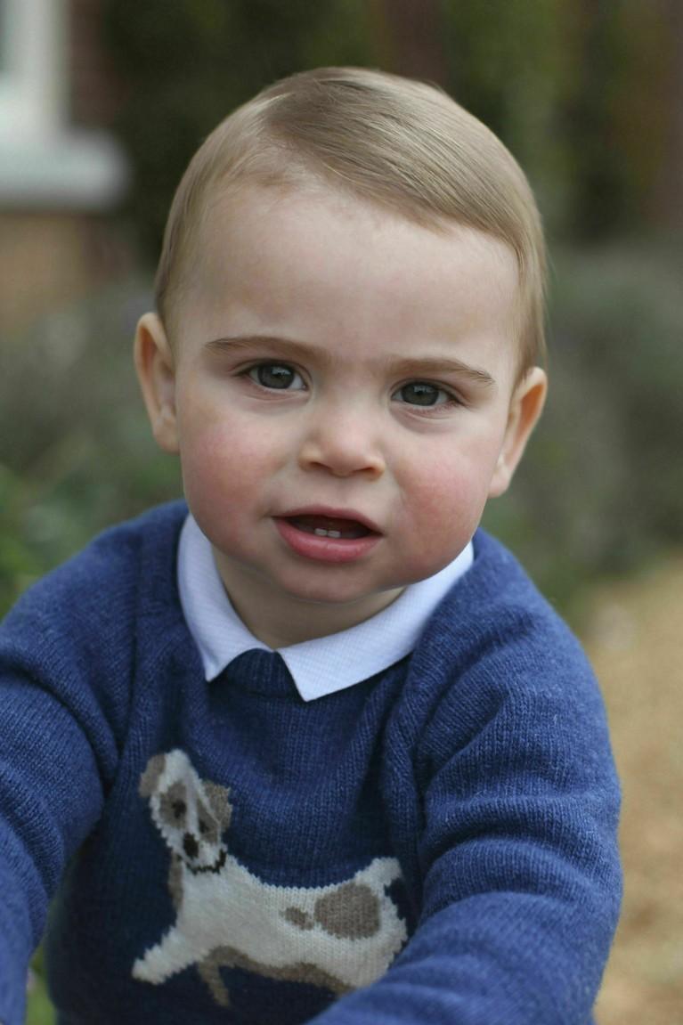 Bayi menggemaskan yang baru sajamerayakan ulang tahun pertama ini ada di urutan kelima pewaris takhta Kerajaan Inggris. Pangeran Louis akan mendapat gelar raja usai kakek, ayah, dan kedua kakaknya turun takhta.