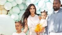 Mengabdikan momen keluarga dengan anak-anak lewat foto memang tak mudah, Bunda. Lihat saja, anak laki-laki Kim Kardashian, Saint West, yang terlihat kabur saat hendak foto bareng. <em>He-he-he</em>.<br />(Foto: Instagram @kimkardashian)