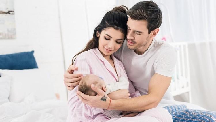 Bayi seringkali tertidur saat menyusu, namun ada juga yang nangis seperti tak pernah kenyang. Biar enggak galau, simak yuk tanda-tanda bayi cukup ASI.