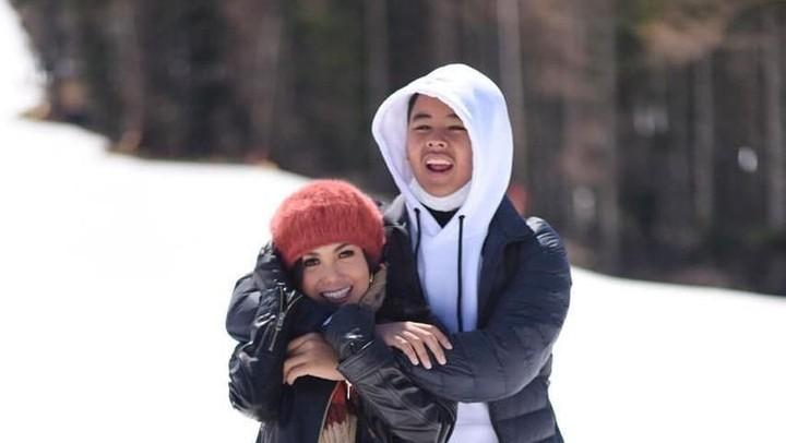 Lama tak pernah muncul di televisi, ternyata dua anak Yuni Shara sudah besar lho, Bun. Intip yuk keseruan Yuni bersama dua jagoannya yang sudah remaja.