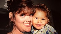 <p>Nah kalau ini foto Zendaya kecil bersama Bunda Claire Marie. Senyumnya sudah menggemaskan ya sedari kecil. (Foto: Instagram @zendaya)</p>