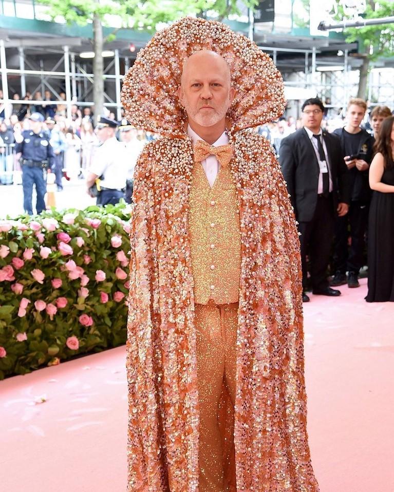 Produser dan penulis terkenal, Ryan Murphymengenakan baju lengkap dengan jubah yang dirancang khusus oleh Christian Siriano.