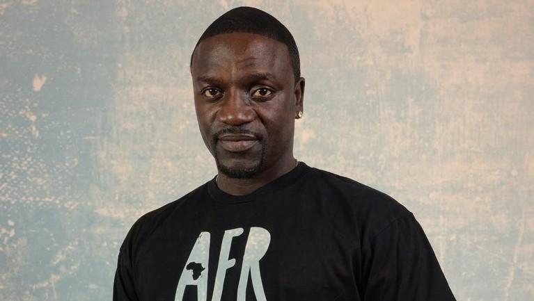Akon, penyanyi bersuara merdu ini ternyata juga memeluk agama islam dan melaksanakan puasa tahun ini. Ia juga mengeluarkan sebuah lagu islam dengan judul
