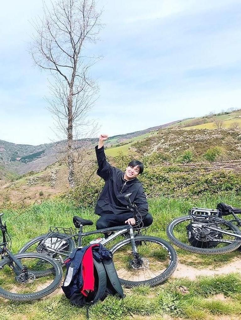 Tetap Semangat! Potret Lee Min Ho saat sedang istirahat sejenak dari aktivitas bersepeda.