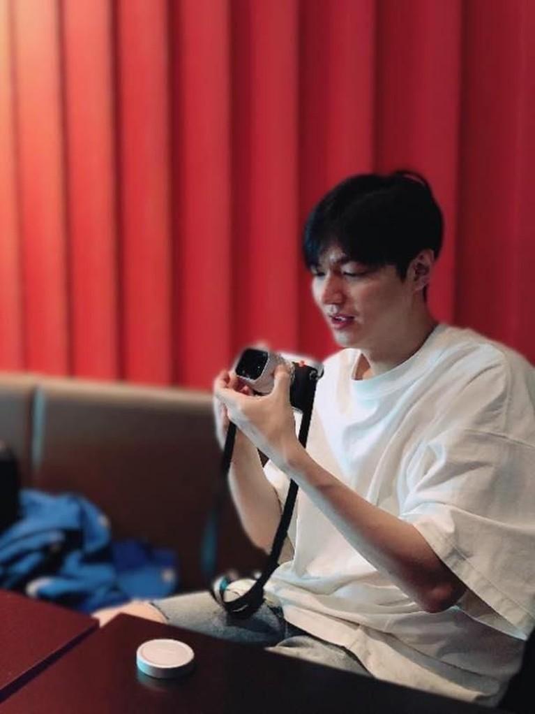 Aktor yang mempunyai hobi memotret ini juga membagikan fotonya saat sedang memeriksa kamera miliknya.