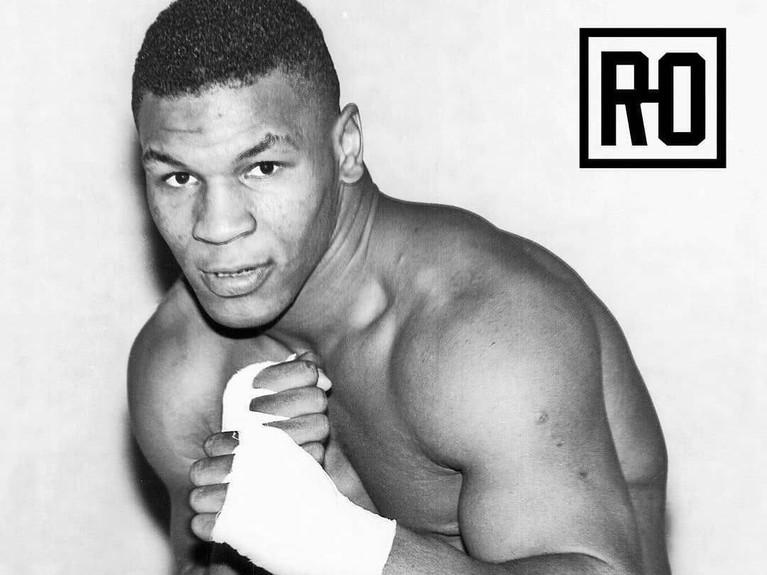 Mantan juara tiju dunia, Mike Tyson ini juga memeluk agama islam. Pada 2013 lalu ia menjadi mualaf dan mendekatkan diri kepada Tuhan.