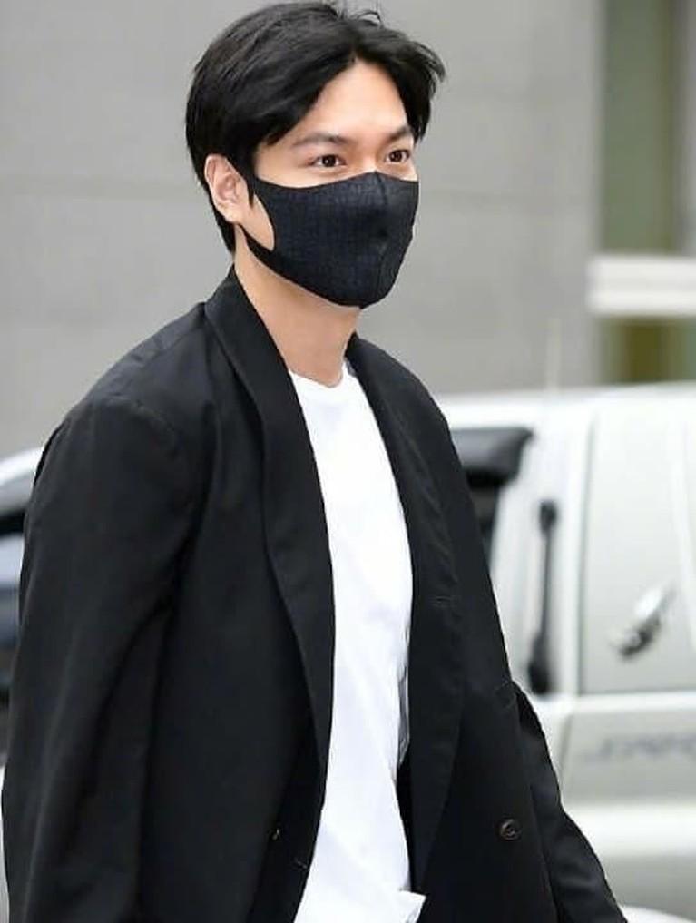 Aktor tampan Lee Min Ho telah selesai menjalani wajib militer beberapa waktu lalu. Berikut enam potret tampan Lee Min Ho untuk obati rindu penggemar.