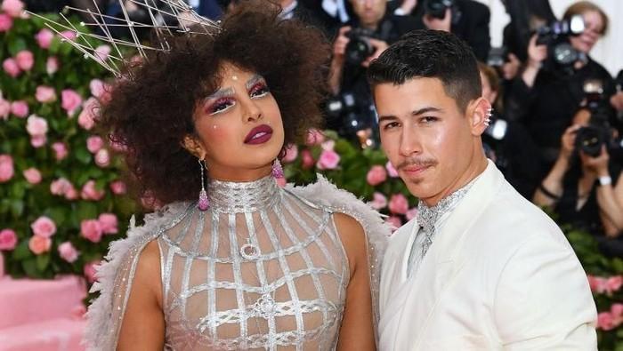 5 Tampilan Pasangan Priyanka Chopra dan Nick Jonas yang Berani Dobrak Aturan Gaya di Red Carpet