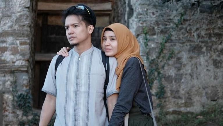 Pasangan artis lainnya, Dimas Seto dan Dhini Aminarti menikah pada tahun 2009. Mereka juga jadi bagian dari pasangan selebriti yang memutuskan hijrah. Pasangan ini rajin menghadiri acara pengajian.