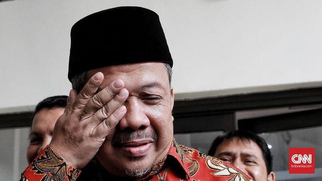 Fahri menyebut Jokowi ingin seimbang dengan memakai pakaian adat daerah di mana ia kalah karena sebelumnya pernah memakai pakaian adat Bali di mana ia menang.