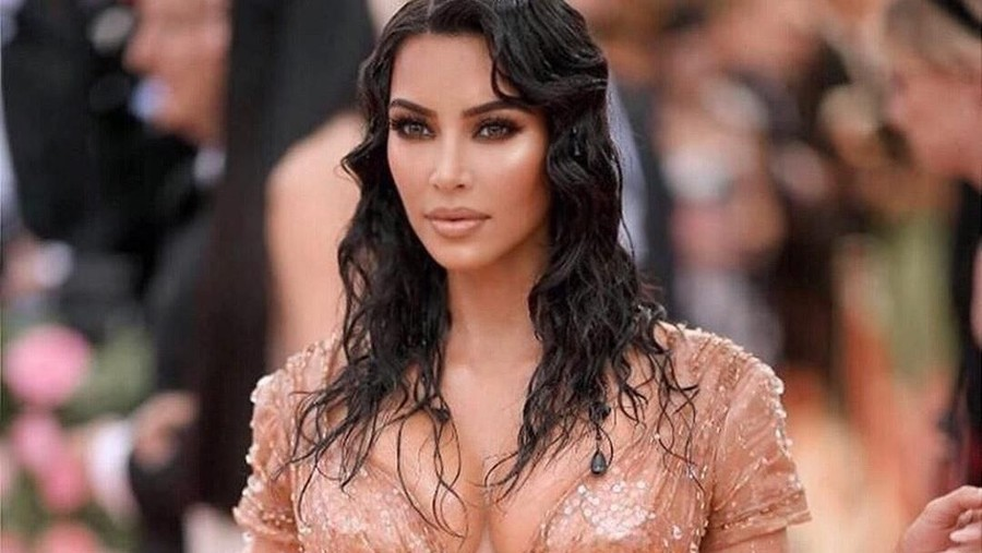 Pakai Korset Terlalu Ketat, Kim Kardashian Susah Duduk