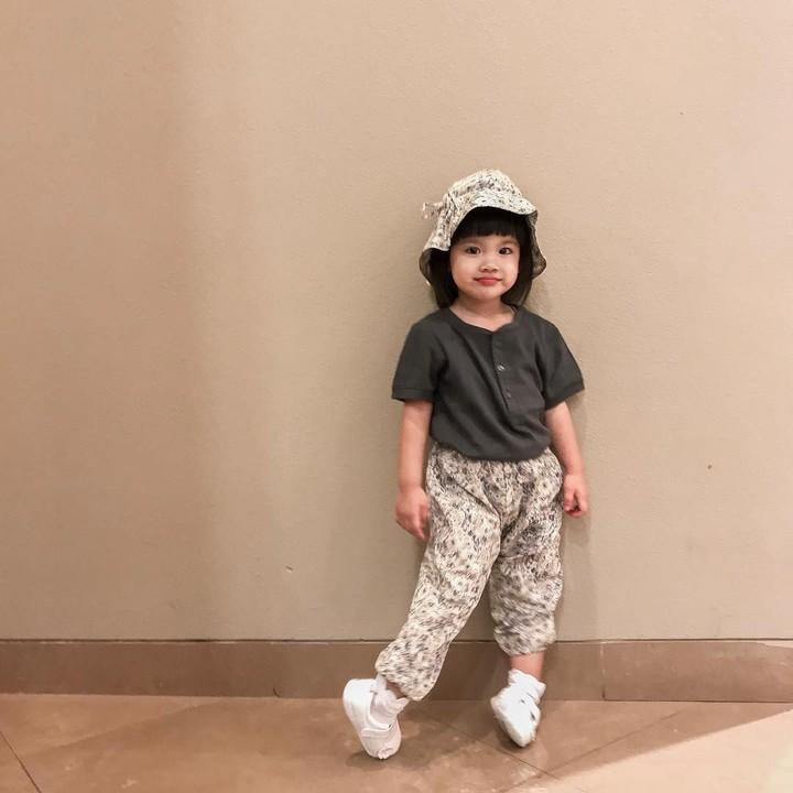 Tak terasa anak kedua Ririn Ekawati, Abigail Cattleya, sudah berusia 2 tahun. Balita yang akrab dipanggil Yaya ini sudah pintar bergaya sepertinya bundanya.