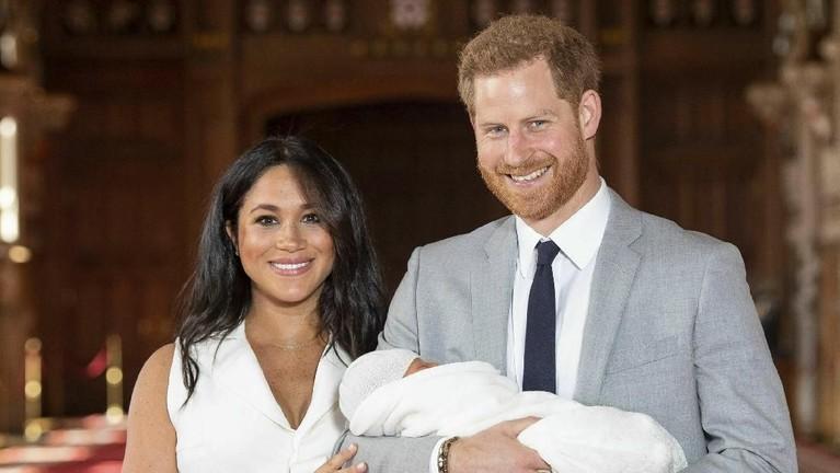 Kelahiran Baby Archie pada 6 Mei lalu, membuat Meghan Markle resmi menyandang status sebagai ibu baru. Anggota baru Kerajaan Inggris itu lahir di usia 25 minggu dengan berat 3,4 kilogram.