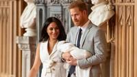 <p>Sementara itu ibu baru, Meghan Markle mengenakan gaun <em>sleeveless white trench</em> rancangan Grace Wales Bonner usai melahirkan putranya yang diberi nama Archie. (Foto: Getty Images)</p>