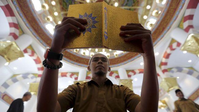 Umat muslim membaca Alquran pada hari pertama bulan Ramadhan di Masjid Haji Keuchik Leumik, Banda Aceh, Aceh, Senin (6/5/2019). Pada bulan Ramadhan, umat muslim memperbanyak amal dan ibadah serta memohon ampunan kepada Allah SWT. ANTARA FOTO/Irwansyah Putra/wsj.