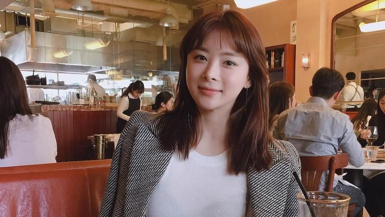 Dunia hiburan Korea Selatan berduka dengan kepergian Han Ji Seong. Artis cantik ini meninggal dunia karena ditabrak dua mobil di jalan tol.
