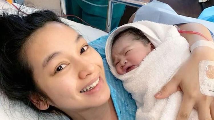 Artis Indonesia Tya Arifin yang juga menantu Siti Nurhaliza melahirkan anak keduanya yang berjenis kelamin perempuan.