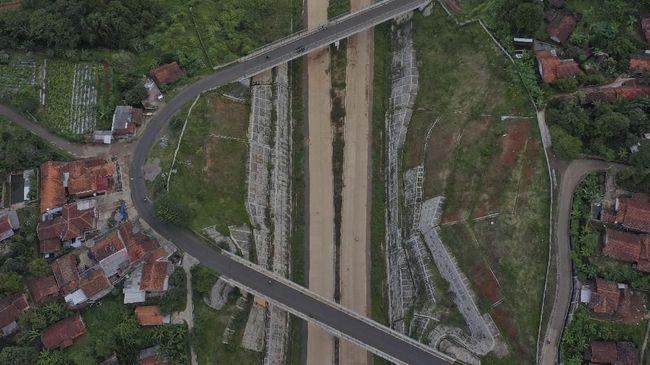 Menteri PUPR Basuki Hadimuljono minta semua pihak terkait keroyokan bebaskan lahan Tol Cisumdawu supaya tol cepat terhubung dengan akses Bandara Kertajati.