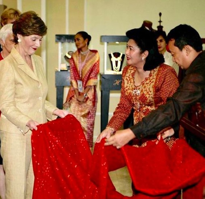 <p>Sama-sama menyandang status sebagai ibu negara saat itu, Ani dan Laura punya hubugan dekat. Bahkan, mereka bersahabat lho, Bun. (Foto: Instagram/ @aniyudhoyono)</p>